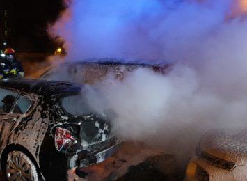 Pożar samochodów na parkingu w Jastrzębiu-Zdroju. Pojazdy doszczętnie zniszczone