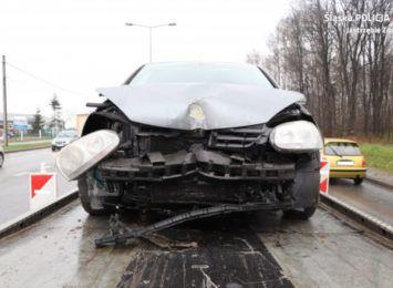 Pijany kierowca uderzył w latarnię. Konstrukcja zniszczyła 2 pojazdy