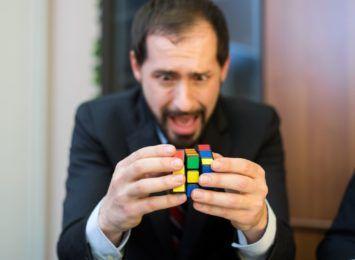 Mały przedmiot, który bardzo rozwija nasz mózg. Dziś Światowy Dzień Kostki Rubika