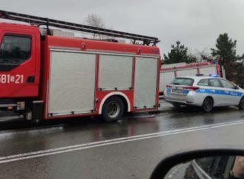 Wypadek na Podmiejskiej. Auto wjechało w ogrodzenie, kierowca trafił do szpitala [FOTO]