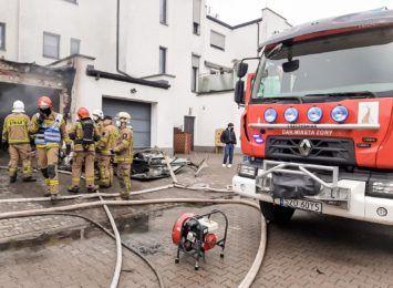 Pożar garażu w Żorach. Ogień gasiło pięć zastępów straży pożarnej