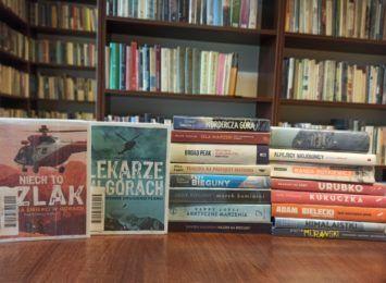 Książka na weekend. Poleca biblioteka w Radlinie