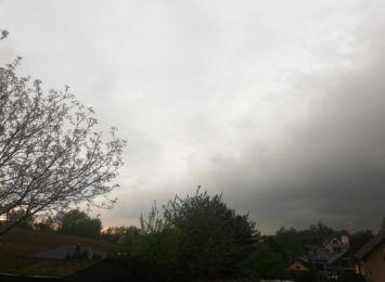 To była burzowa i wietrzna noc w regionie. Piorun uderzył w dom, łamały się drzewa