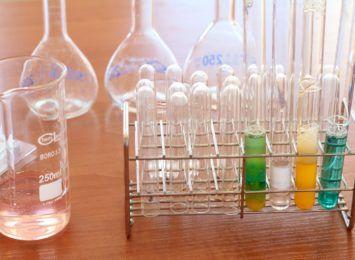 Rozesłali zaproszenia na lekcję chemii online. Będą ukarani