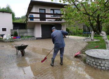 Mieszkańcy Lubomi sprzątają. Błoto, glina, muł, wszystko na posesjach i w domach
