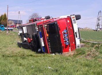 Samochód OSP jadąc do akcji przewrócił się na bok