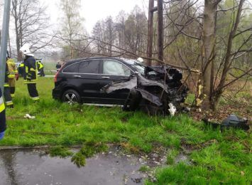 Rzuchów: Samochód uderzył w drzewo [AKTUALIZACJA]