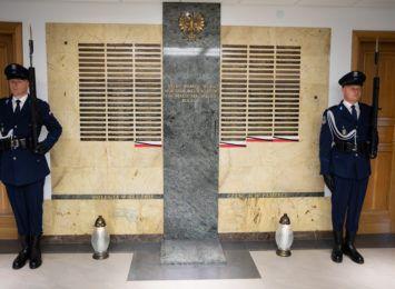 Z całej Polski płyną kondolencje dla bliskich zastrzelonego policjanta z Raciborza. Dziś na służbie zginął śp. Michał Kędzierski