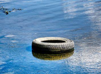 """""""Wody to nie śmietnik"""". Wystartowała nowa kampania społeczna"""