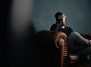 Raport ZUS: Rośnie liczba zwolnień lekarskich z powodu zaburzeń psychicznych
