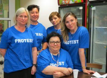 """Protestujemy, bo brakuje rąk do pracy"". Protest pielęgniarek i położnych w Żorach"
