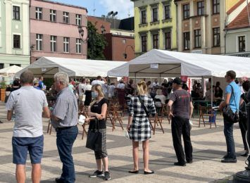 Kolejka do mobilnego punktu szczepień na rynku w Rybniku