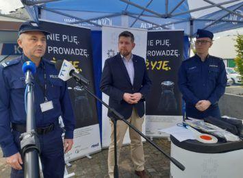 """Wodzisławscy policjanci uświadamiają kierowców. Ruszyli z kampanią """"Nie piję.Prowadzę.Żyję"""" [FOTO]"""
