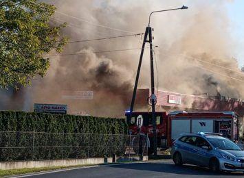 Duży pożar sklepu na Śląsku Cieszyńskim. Z ogniem walczyło kilkudziesięciu strażaków