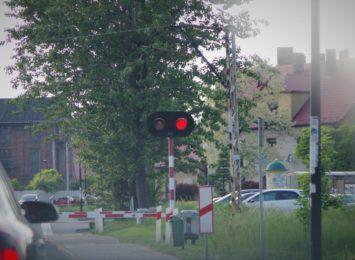 Zatrzymaj się i żyj. Kolejarze przypominają: Bądź ostrożny na przejazdach kolejowo-drogowych