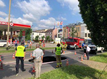 Zapadła się jedna z ulic w Cieszynie. Wyrwa ma kilka metrów średnicy