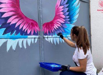 Racibórz doda skrzydeł? Zobaczcie mural na bramie przy Różanej [FOTO]