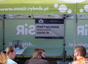 Mobilny punkt szczepień przed stadionem w Rybniku