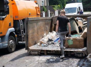 Na ulicy Rymera w Czerwionce-Leszczynach wielkie sprzątanie po ulewie. Trwa liczenie strat [FOTO, LIVE]