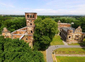Pałac w Tworkowie z lotu ptaka. Te ruiny mają w sobie historię [WIDEO Z DRONA]