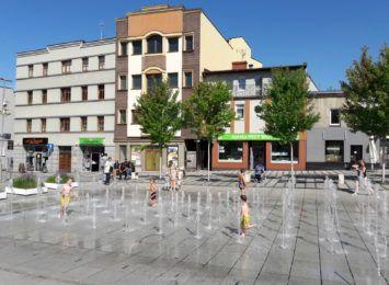 Kąpiel w fontannie przed bazyliką w Rybniku. Chętnych nie brakuje [WIDEO]