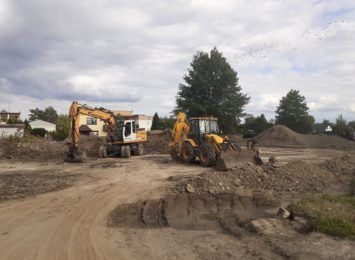 Remont goni remont. W gminie Gorzyce pracuje ciężki sprzęt, będą nowe boiska