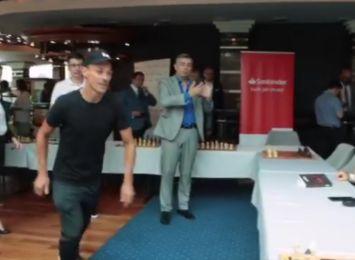 Piotr Żyła skacze nad stołem w hotelu w Ustroniu. Spotkał się z legendą szachów Garri Kasparowem [WIDEO]