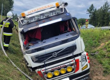 Tir wypadł z drogi na DW 935 w Rybniku. Kierowca przewieziony do szpitala [FOTO]