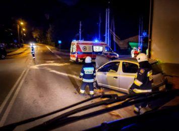 2 osoby poszkodowane i uszkodzone ogrodzenie na Sportowej w Rybniku