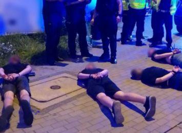 Pseudokibice potrącili policjantów. Padły strzały [FOTO, WIDEO]