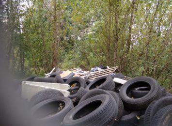 Dzikie wysypisko śmieci na Grabówce, temat znany w gminie od kilku lat
