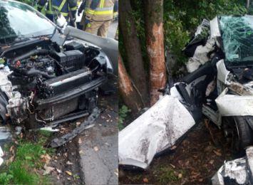 Kierowca wypadł z drogi i uderzył w drzewo. 20-letnia pasażerka zmarła [AKTUALIZACJA]
