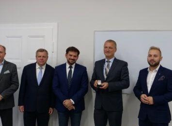 """Odznaka honorowa """"Za zasługi dla województwa śląskiego"""" dla Jarosława Twardokęsa"""
