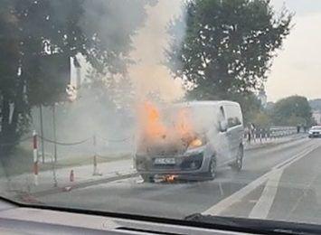 """Skoczów - spłonął samochód. Spore korki na """"Wiślance"""" [WIDEO]"""
