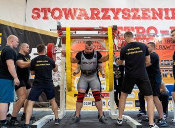"""""""Celuje na zawodach pod 300 kg, ale może być różnie"""". Poznajcie Szymona Obrochtę z Rydułtów"""