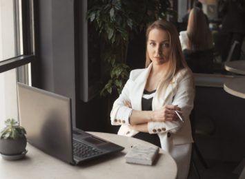 Wygoda i profesjonalizm - jak ubierać się w nowej pracy, aby zrobić dobre wrażenie? [materiał partnera]